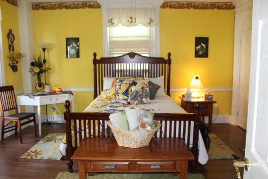 Brookside Inn at Laurens: The Yellow Room