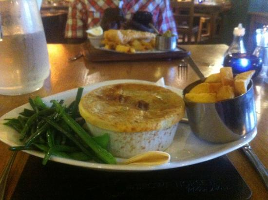 Brown Horse Inn: Homemade steak and ale pie with mushrooms