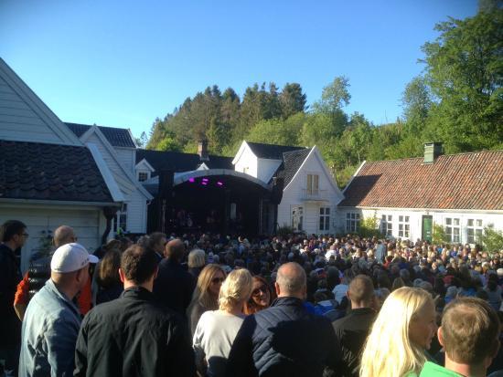 Alvoen Country Mansion - Bymuseet i Bergen: En helg i juni hvert år, stenges museet til fordel for konserter i hagen. Sommerstemning!