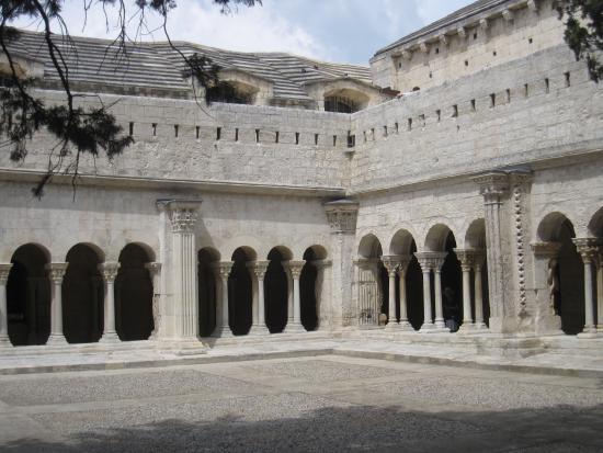 St-Trophime Cloister (Cloitre St-Trophime): cloître
