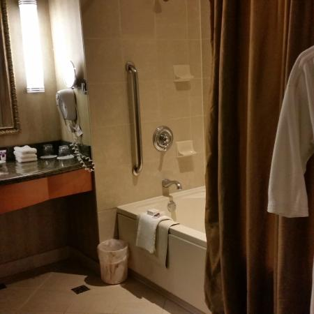 Harrah's Joliet Hotel And Casino: Nice big tub with a separate toilet area