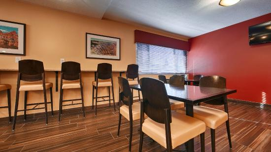 El Rey Inn & Suites: Breakfast Seating