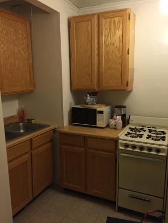 Holiday Motel: Small kitchenette