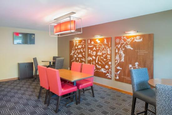TownePlace Suites Portland Hillsboro: Extra seating in the lobby offers a quiet spot to read a book or watch your favorite TV show.
