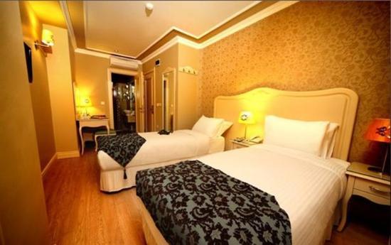 Raymond Hotel: Room