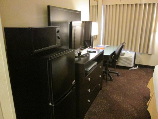 IHG Army Hotel - Guesthouse 1744: TV, dresser, desk, frig & microwave