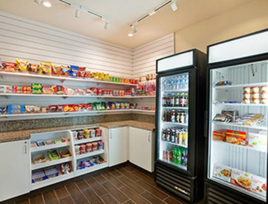 Hawthorn Suites by Wyndham Overland Park: Convenience Store