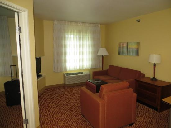 TownePlace Suites Sioux Falls: Living room area