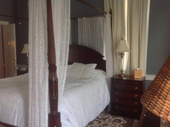 Palmer's Pinckney Inn: Bedroom