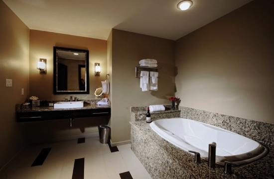 The Mayo Hotel: Executive Suite Bathroom