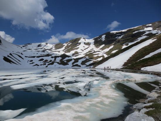 Bachalpsee: まだら模様の雪の白さがまぶしくて美しい