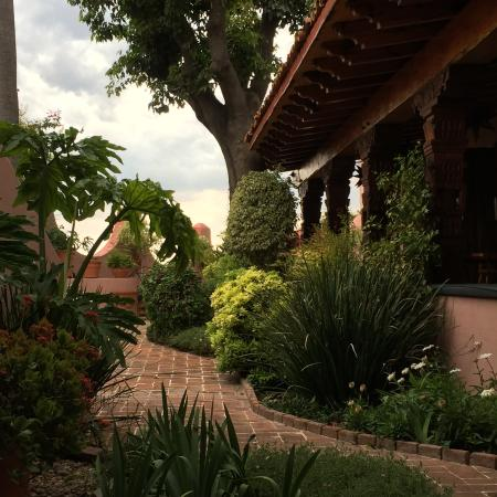 Casa Rosada Hotel: Walking to the outside patio for breakfast
