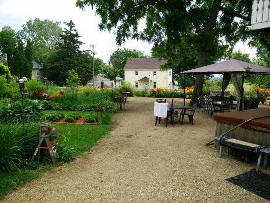 Sherrill, IA: beautiful garden and hot tub area