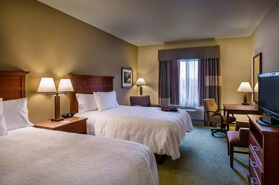 Hampton Inn & Suites Salem: Two Queen Bed Guest Room