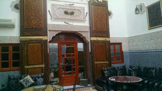 Riad al akhawaine: Entrada habitacion y desayunador