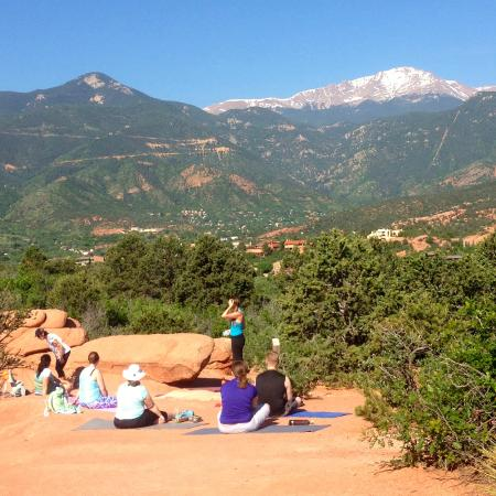 Avenue Hotel Bed And Breakfast: Yoga In The Garden Of The Gods With
