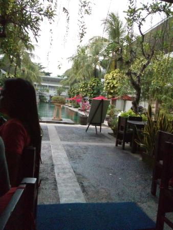 The Oasis Kuta: Dining room with view of pool