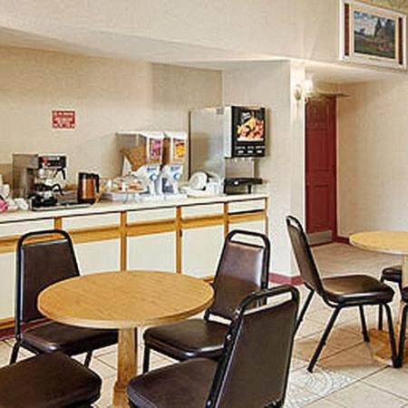 Travelers Inn & Suites Forest City : Breakfast