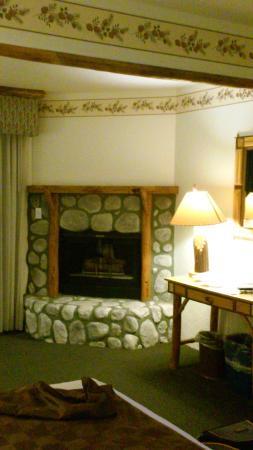 The Lodge at Big Bear Lake, a Holiday Inn Resort : камин в номере