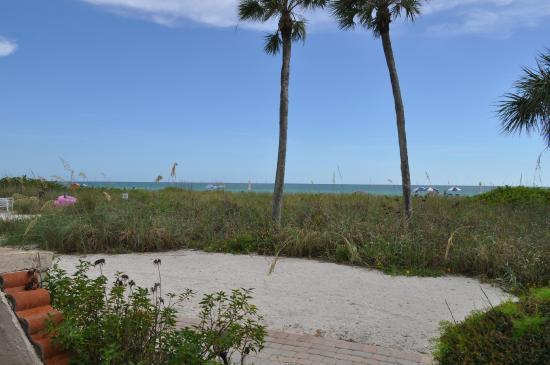 Sandpiper Inn: Path to the beach.