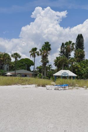 Sandpiper Inn: View from the beach looking at the Inn.