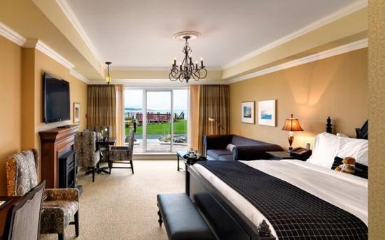 Oak Bay Beach Hotel: King Suite