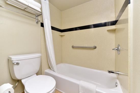 Americas Best Value Inn Six Flags/Vallejo/Napa Valley : Guest Bathroom