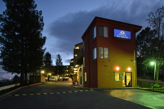 Americas Best Value Inn Six Flags/Vallejo/Napa Valley: Exterior Night