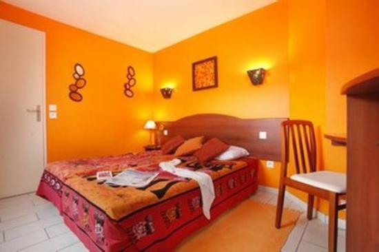 Tabl 39 hotel fontaine notre dame france voir les for Media room guest bedroom
