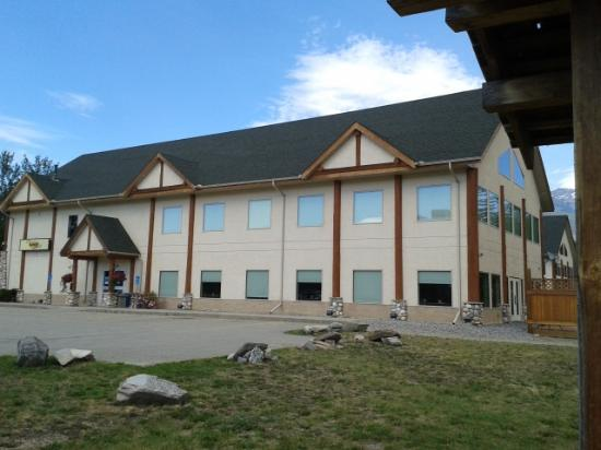 Best Western Plus Valemount Inn & Suites: outside of the hotel