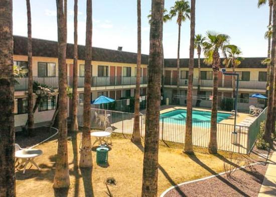 Western Inn Tucson: pool