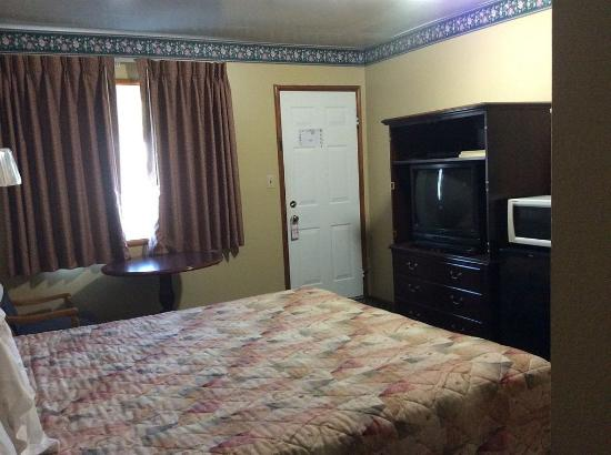 Colusa Motel: 1 Queen Bed Amenitites view