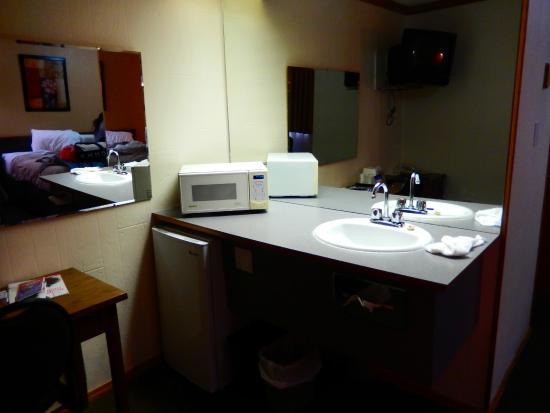 Canadas Best Value Inn : Extra sink and prep area