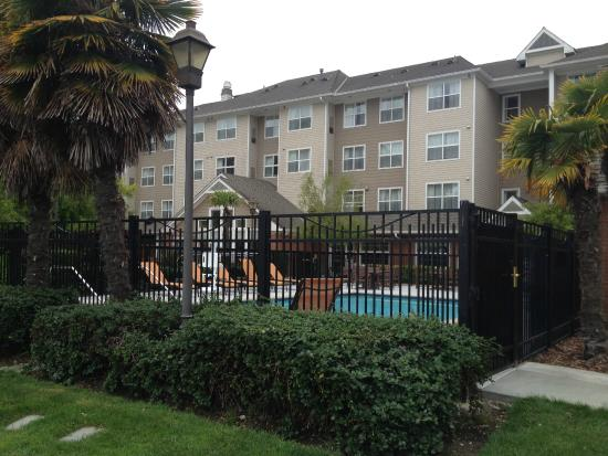 Residence Inn San Francisco Airport/Oyster Point Waterfront : Family-friendly pool, complete with hot tub