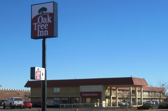 Oak Tree Inn: Exterior view