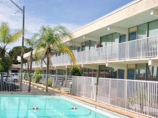 Americas Best Inn And Suites: Pool