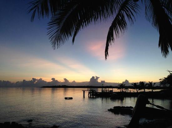 Va-i-Moana Seaside Lodge: Sunrise from my Fale