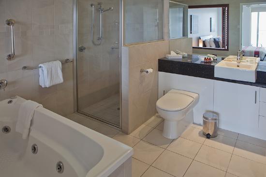 ووتر إيدج أبارتمينتس كيرنز: Ensuite Bathroom with Spa