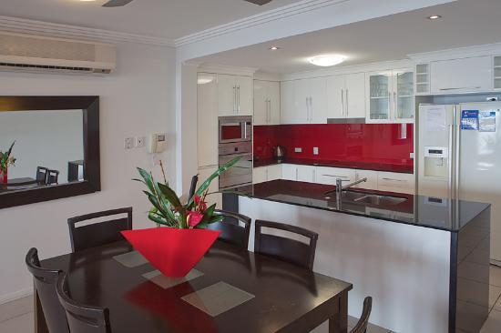 ووتر إيدج أبارتمينتس كيرنز: Open plan dining and living area