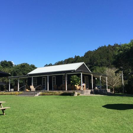 Waiheke Island, New Zealand: The well kept lawn and tasting room in the background