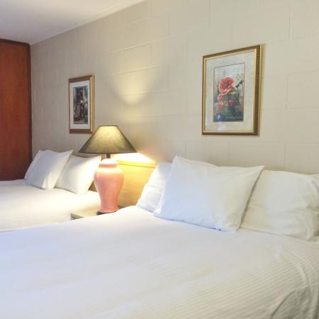 Canadas Best Value Inn - Hope: Two Queen Beds