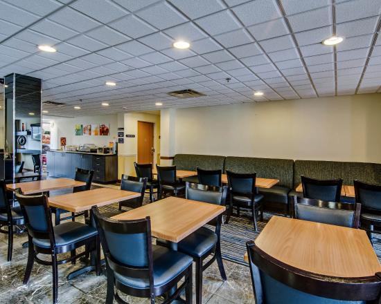 Quality Inn and Suites Bristol: VABREAKFASTAREASITTING