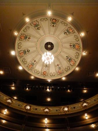 Theatre Royal: Beautiful central lighting