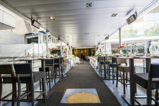 Mesas altas en la terraza entrada del restaurante for Puerta 57 restaurante