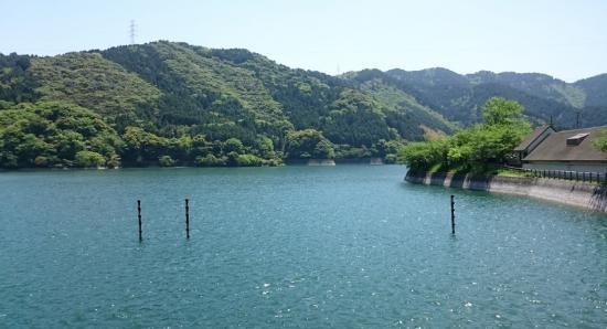 Kawachi Reservoir : エメラルドグリーンの湖面が美しい