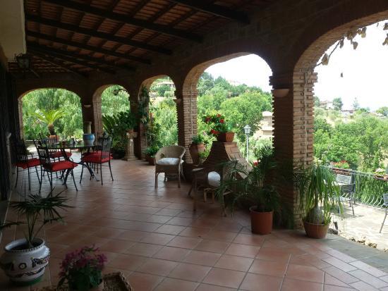 Porticato per la colazione all 39 esterno foto di villa for Piani casa di campagna con avvolgente portico