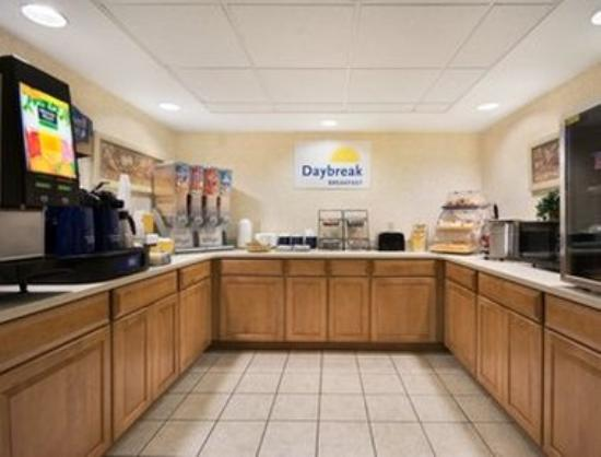 Days Inn & Suites Fayetteville Northwest Fort Bragg Area: Breakfast Area