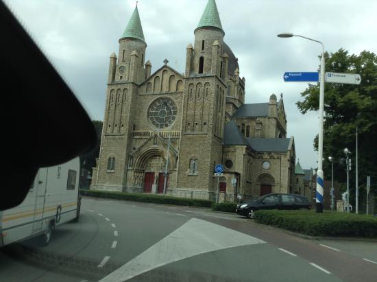 Sint-Lambertuskerk: вид с дороги