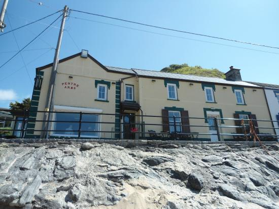 Pentre Arms Hotel: View from the beach of The Pentre
