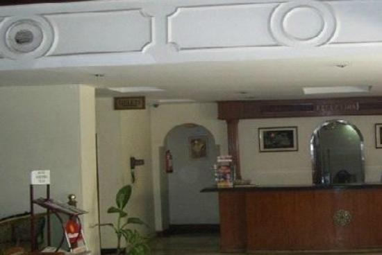 Hotel Surendra Vilas : The reception, on the right of the entrance